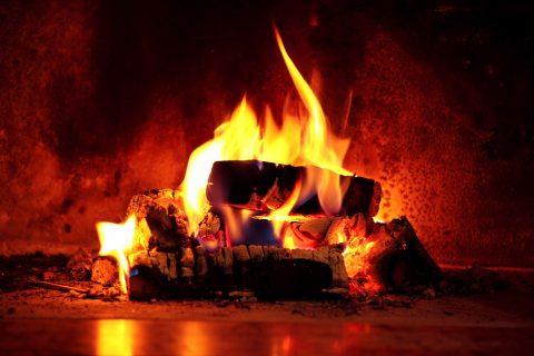 feu de bois dans la cheminée